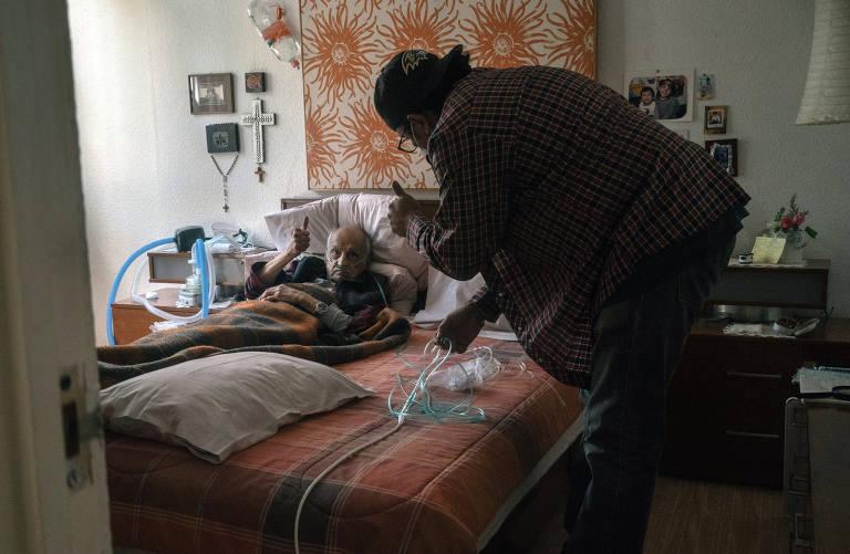 Mexicanos com Covid morrem em casa por falta de oxigênio