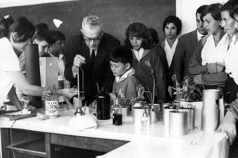 José Reis, médico, cientista e jornalista especializado em microbiologia e virologia, durante visita em escola de São Paulo (SP)