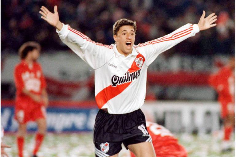 Revelado pelo River Plate, foi bicampeão argentino e campeão da Copa Libertadores, em 1996. Na decisão do torneio continental, contra o America de Cali, o centroavante anotou os dois gols da vitória por 2 a 0 que eu ao River o bicampeonato a América. Logo na sequência, se transferiu para o Parma, da Itália