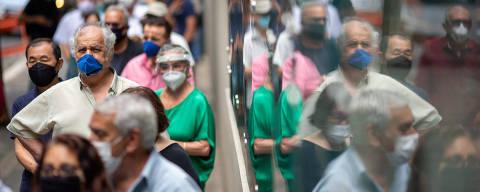 SÃO PAULO, SP, 09.02.2021 - Profissionais idosos acima de 70 anos no prédio do Cremesp (Conselho Regional de Medicina do Estado de SP) para tomar a vacina Coronavac, contra a Covid-19, em São Paulo. (Foto: Danilo Verpa/Folhapress)