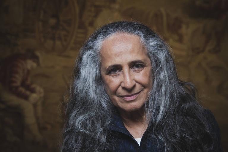 mulher de cabelos longos e grisalhos. close no rosto
