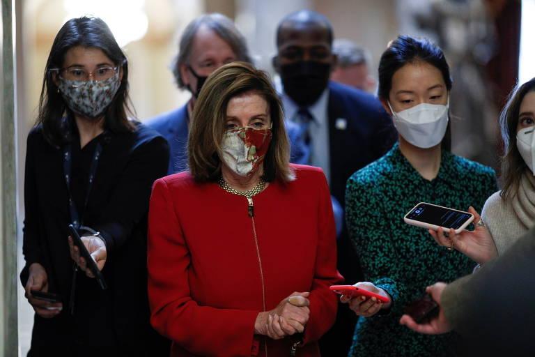 Nancy Pelosi, presidente da Câmara dos Deputados dos EUA, cercada por repórteres no Capitólio