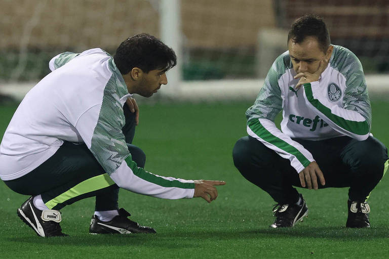 Técnico Abel Ferreira conversa com o auxiliar Andrey Lopes durante treinamento do Palmeiras na cidade de Doha, Qatar