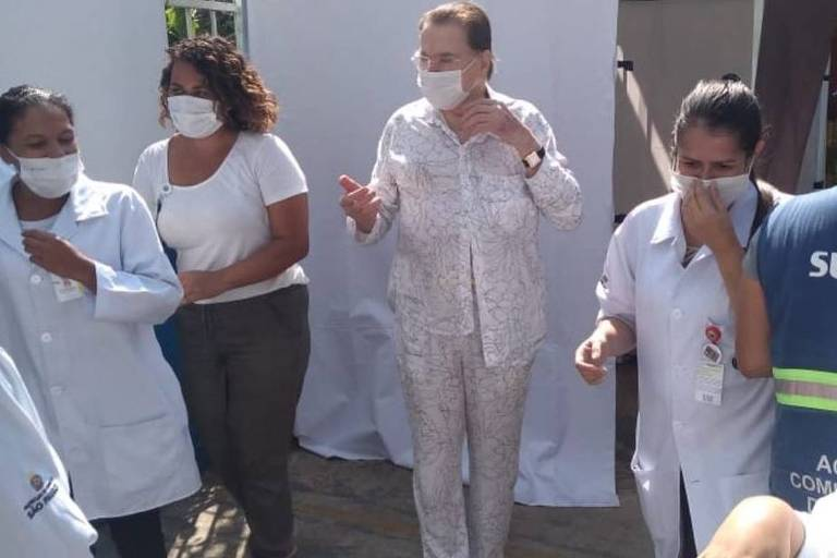 Até para receber a vacina Silvio Santos vai de pijama