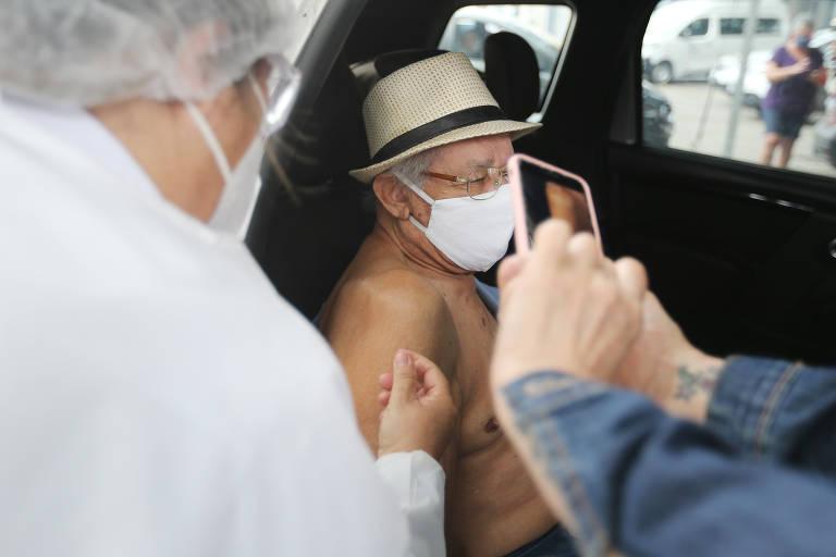 Idosos com idades entre 85 e 89 anos começaram a ser imunizados contra a Covid-19 na capital paulista