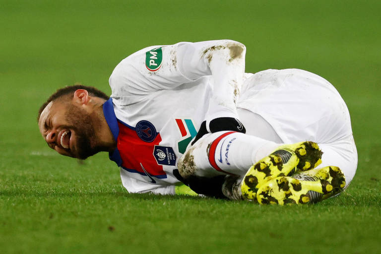 Neymar caído no gramado com cara de dor