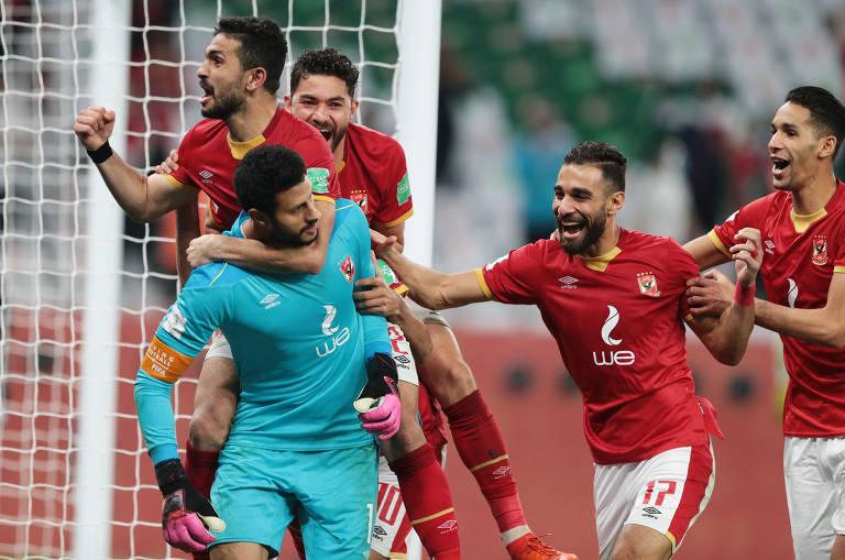 Jogadores do Al Ahly abraçam o goleiro El Shenawy, que defendeu dois pênaltis do Palmeiras, em cobranças de Rony e Felipe Melo