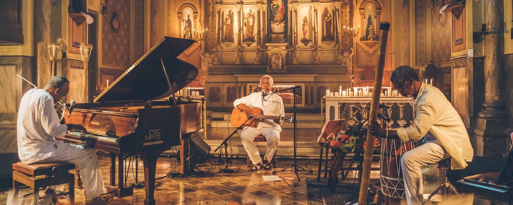 O músico Mateus Aleluia faz show na Igreja Nossa Senhora do Rosário dos Homens Pretos para o Rec-Beat