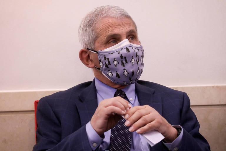 O imunologista Anthony Fauci, diretor do Instituto Nacional de Alergias e Doenças Infecciosas dos Estados Unidos, usando uma máscara de tecido sobre máscara cirúrgica durante evento na Casa Branca em novembro de 2020