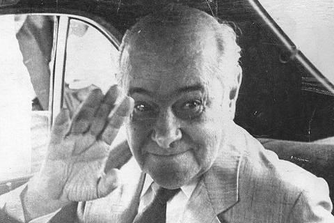 1984: O governador de Minas Gerais, Tancredo Neves, acena para foto. (Foto: Folhapress)