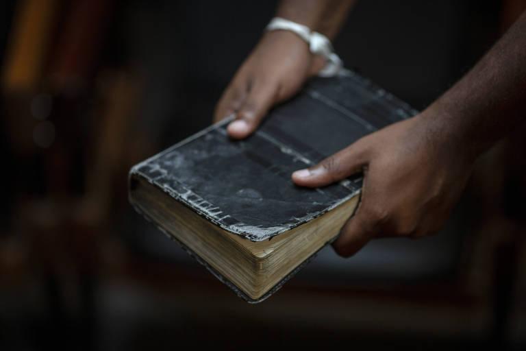 Jackson Augusto com sua Bíblia, durante entrevista à Folha