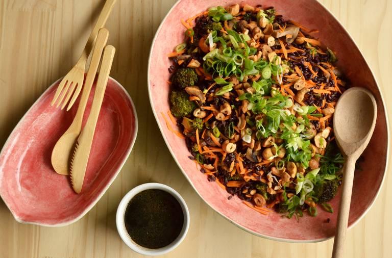 Aprenda a fazer uma salada oriental de arroz negro