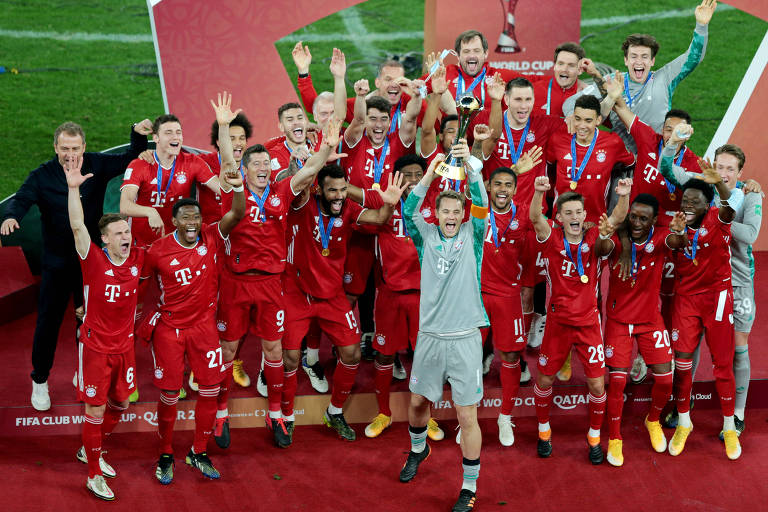 Elenco do Bayern celebra com troféu do Mundial de Clubes