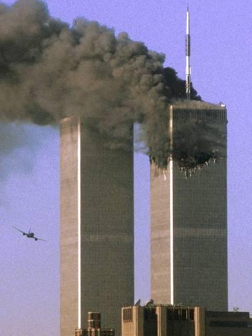 Atentado terrorista nos EUA: a torre sul do World Trade Center é atingida por avião enquando a torre norte exala fumaça negra durante ataque terrorista em Nova York (EUA). *** ATTENTION EDITORS - THIS FILE PICTURE IS ONE OF 83 TO ACCOMPANY THE TENTH ANNIVERSARY OF THE SEPTEMBER 11 ATTACKS. SEARCH FOR KEYWORD