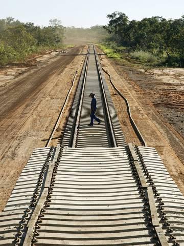 ORG XMIT: 001401_1.tif Operário cruza estrada recém-construída em Araguaína (TO) da ferrovia Norte-Sul , obra realizada pela construtora SPA. (Araguaína (TO). 06.06.2008. Foto de Eduardo Knapp/Folhapress)
