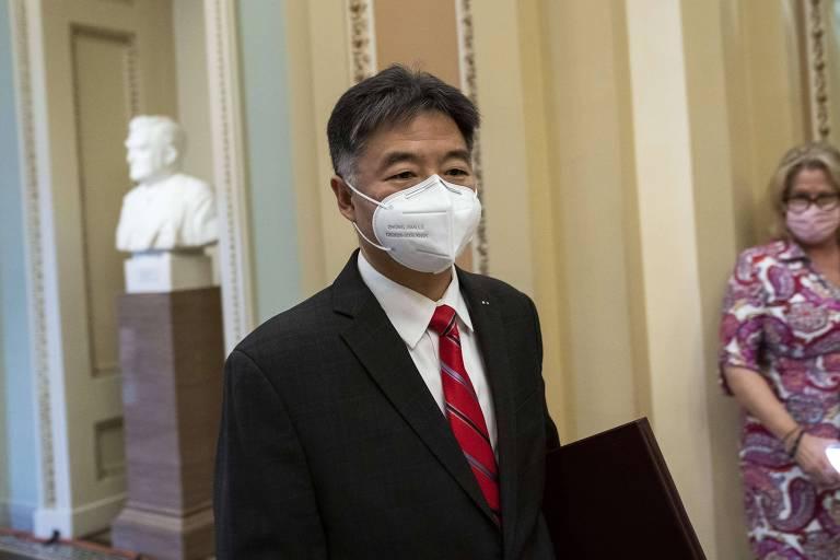 Democrata Ted Lieu chega ao Capitólio para participar do encerramento da apresentação dos argumentos da acusação no julgamento do impeachment de Donald Trump