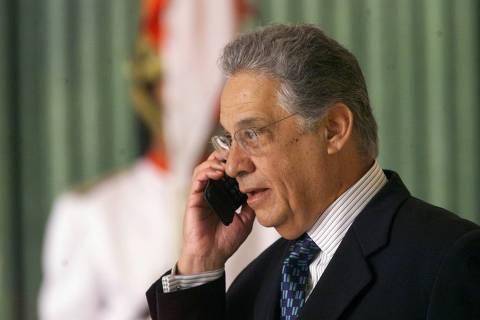 ORG XMIT: 465001_1.tif O presidente FHC fala no telefone celular durante a cerimônia de entrega de credenciais.