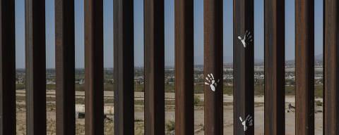 Cidade Juarez, Mexico. 04/04/2017. ESPECIAL MUROS. Protesto de ativistas no muro de ferro recém construído em Anapra, distrito de Cidade Juarez, Mexico, na fronteira com  Sunland Park no Novo México, EUA. ( Foto: Lalo de Almeida / Folhapress  )  Mundo ***Exclusivo Folha***