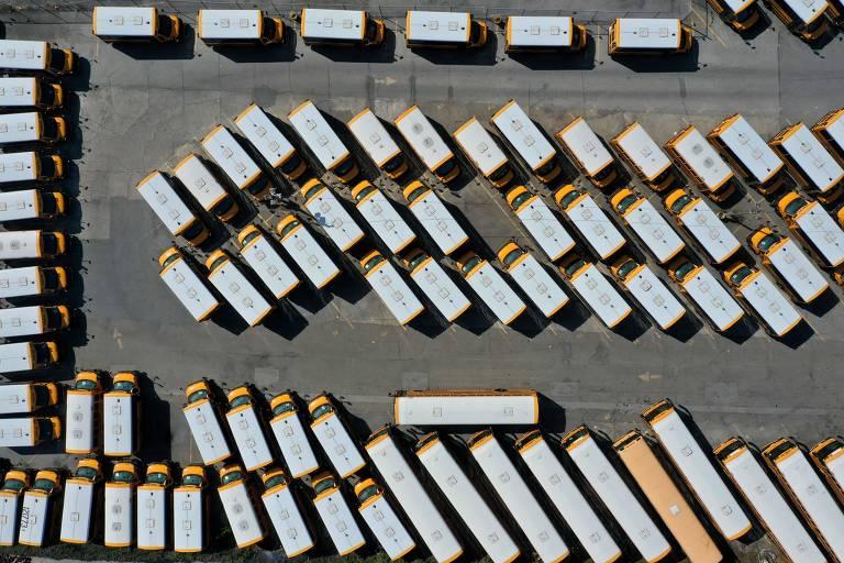 Veículos usados para o transporte escolar parados em estacionamento de San Francisco; escolas locais estão fechadas