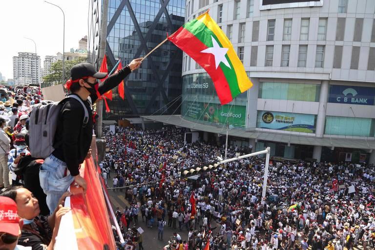 Veja protestos contra o golpe de Estado em Mianmar