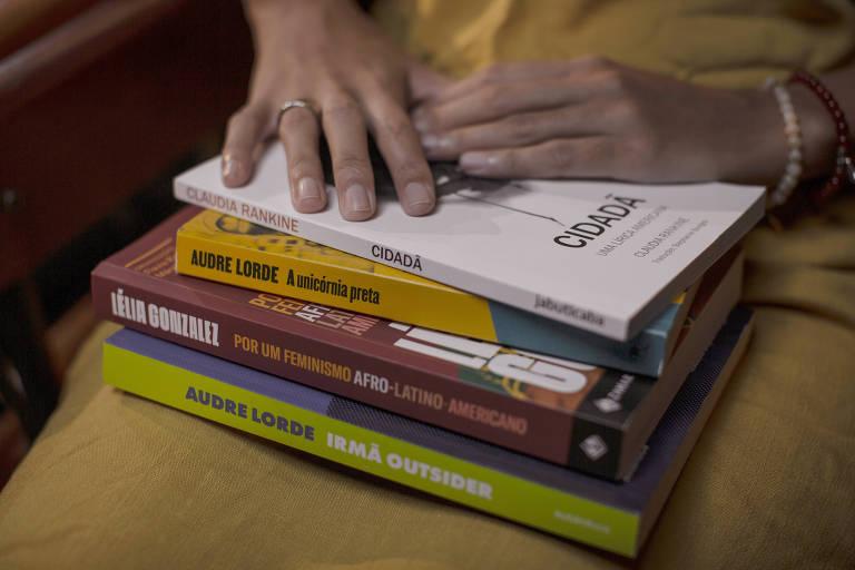 Stephanie Borges com a coletânea 'Por um feminismo afro-latino-americano', de Lélia González, e os livros 'Cidadã', de Claudia Rankine, 'Irmã Outsider' e 'A Unicórnia Preta', de Audre Lorde, que traduziu