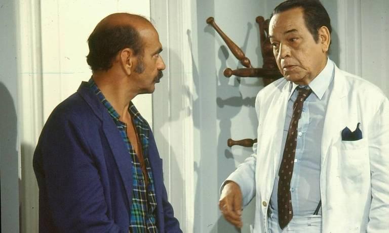 Lima Duarte, Paulo Gracindo (Zeca Diabo, Odorico Paraguaçu) em cena de  O Bem Amado (1973)