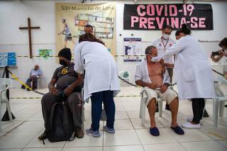 Vacinação de moradores de rua com mais de 60 anos no Belenzinho, em SP