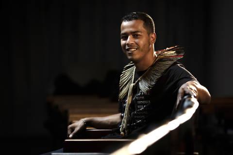 SÃO PAULO, SP, BRASIL, 20-01-2021: Retrato do indio guarani e ativista pelos direitos indiginas, Thiago henrique KaraiDjekupe, no auditório da Folha.(Foto: Bruno Santos/ Folhapress) *** FSP-COTIDIANO*** EXCLUSIVO FOLHA*** ORG XMIT: AGEN2101211607321156