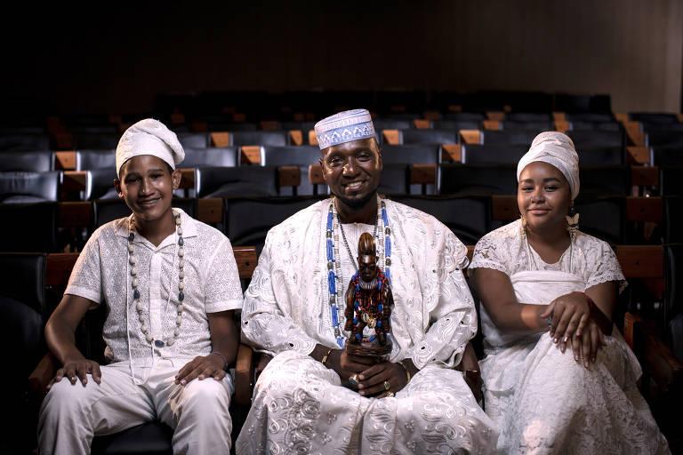 Pai Rodney William no auditório da Folha, com seus sobrinhos e filhos de santo Kauã Odara e Manuela Araújo