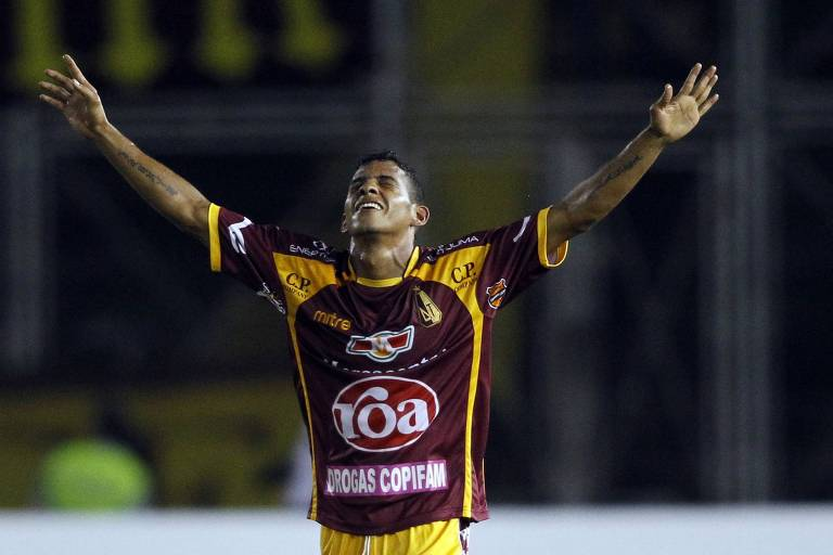 Wilder Medina comemora seu gol pelo Tolima contra o Corinthians