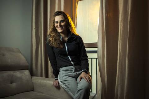 SÃO PAULO, SP, BRASIL, 10-02- 2021, 15h: SEMINÁRIOS - CARREIRAS - Retrato de Renata Souza de Medeiros, executiva da área de marketing, que fez cursos de atualização relacionados à tecnologia, como Inteligência Artificial, Devops, Design Thinking, Agile, BI, entre outros. (Foto: Jardiel Carvalho/Folhapress - SUP. ESPECIAIS). **EXCLUSIVO  FOLHA**