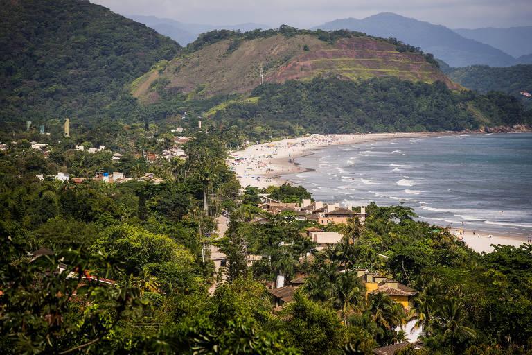 Vista do alto da praia de Juquehy, em São Sebastião, no litoral norte de São Paulo