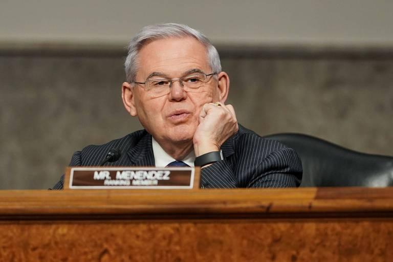 Presidente da comissão de relações exteriores do Senado dos EUA, o senador Robert Menendez discursa em audiência