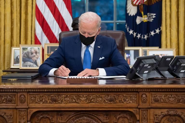 O presidente dos EUA, Joe Biden, assina ordem executiva referente à imigração