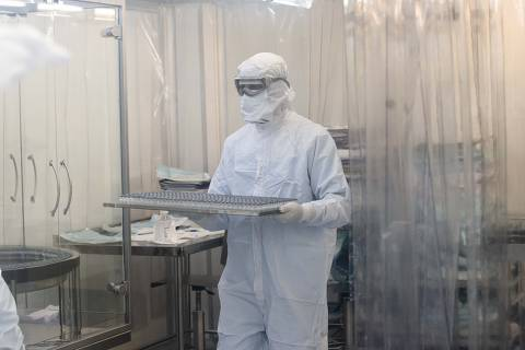 China cobrou posição do governo Bolsonaro para liberar insumo à vacina, e atraso fez Fiocruz pedir ajuda