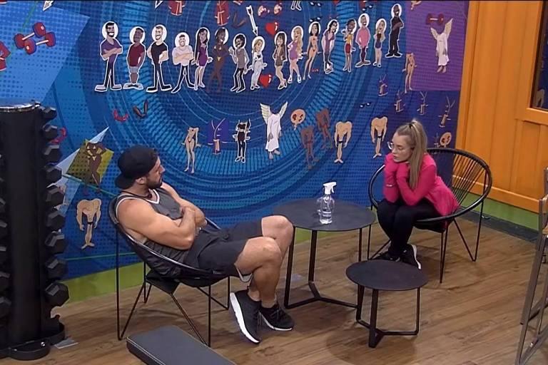 Carla Diaz conversa com Arthur na academia