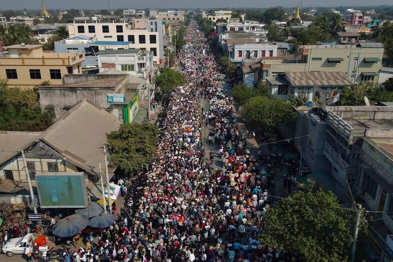 Imagem aérea mostra rua totalmente ocupada por manifestantes