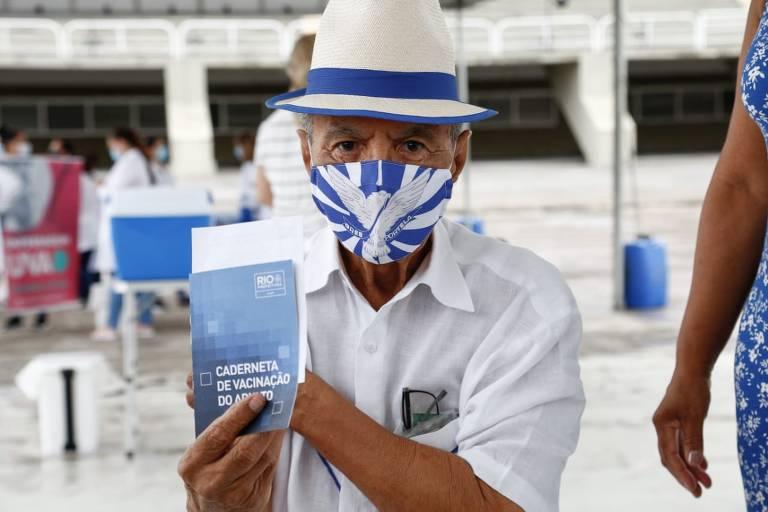 A Prefeitura do Rio realizou, na manhã deste sábado (13/02), a repescagem da vacinação contra a Covid-19 de idosos a partir de 85 anos, no Sambódromo, na Cidade Nova. O compositor Monarco, de 87 anos, foi uma das pessoas imunizadas na Marquês de Sapucaí, junto com outros sambistas. Emocionado, o baluarte da Velha Guarda da Portela fez um apelo.
