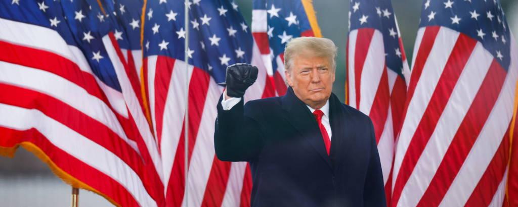 O então presidente Donald Trump acena para multidão durante seu discurso em Washington no dia 6 de janeiro, pouco antes da invasão do Congresso
