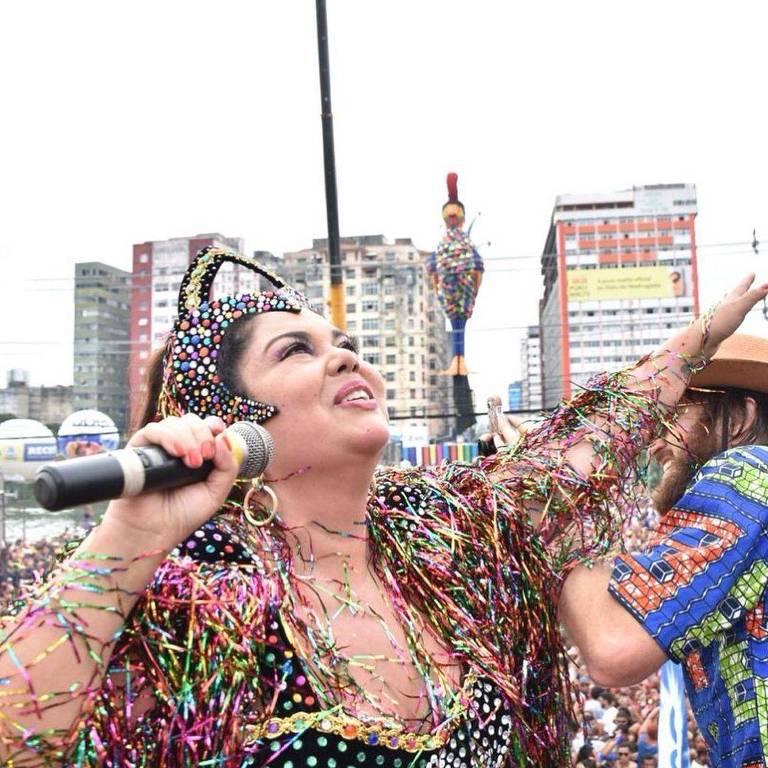 Com Carnaval cancelado pela pandemia, Fabiana Karla recorda participação no bloco Galo da Madrugada em 2019