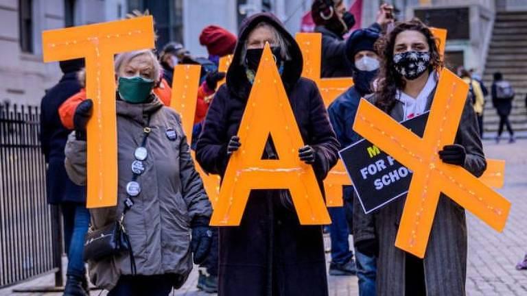 Em meio à pandemia de Covid-19, manifestantes pedem que os multimilionários dos Estados Unidos paguem mais impostos