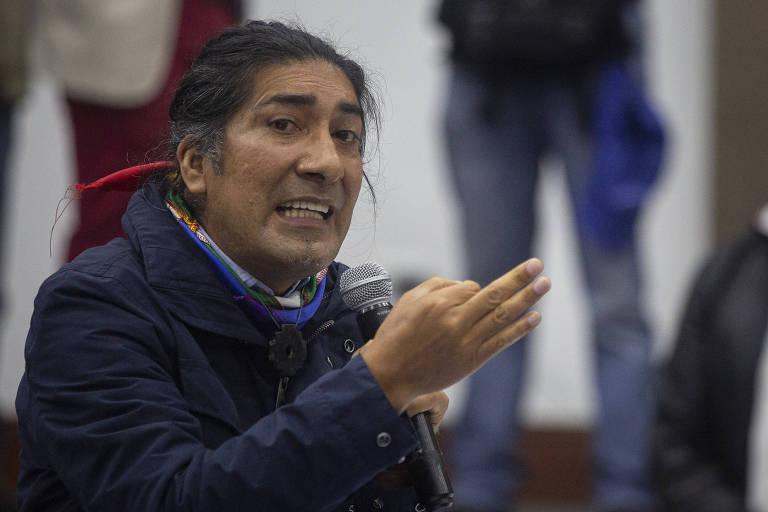 O candidato à Presidência e líder indígena, Yaku Pérez, durante reunião com membros do Conselho Nacional Eleitoral e com seu opositor, Guillermo Lasso, na sexta (12)