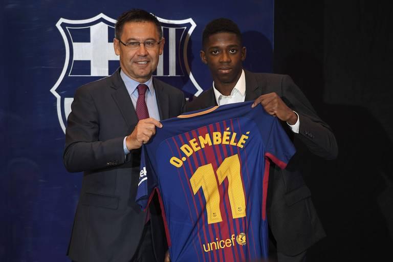 Ousmane Dembele é apresentado no Barcelona ao lado do ex-presidente Josep Maria Bartomeu