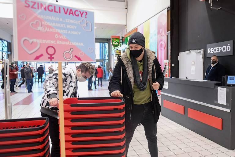 Supermercado húngaro brinca de cupido com cestas para solteiros