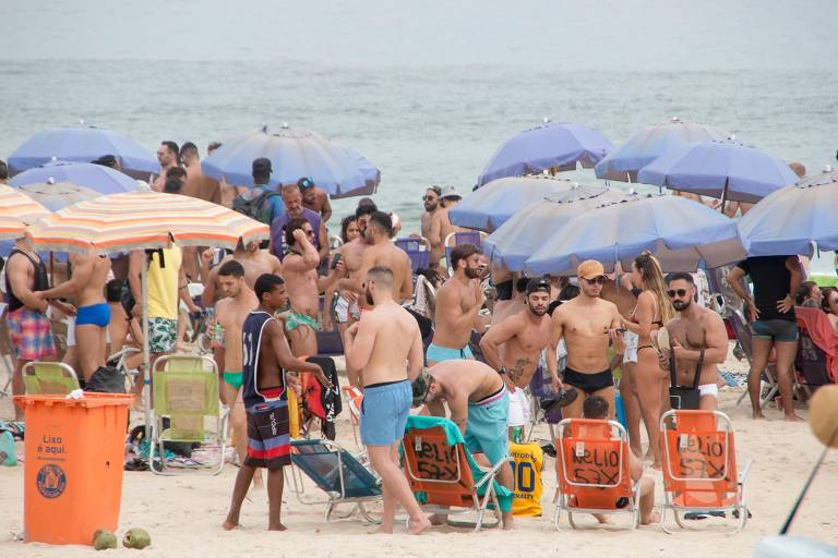 Aglomeração na praia do Leblon marca domingo ensolarado sem Carnaval no Rio de Janeiro (RJ)