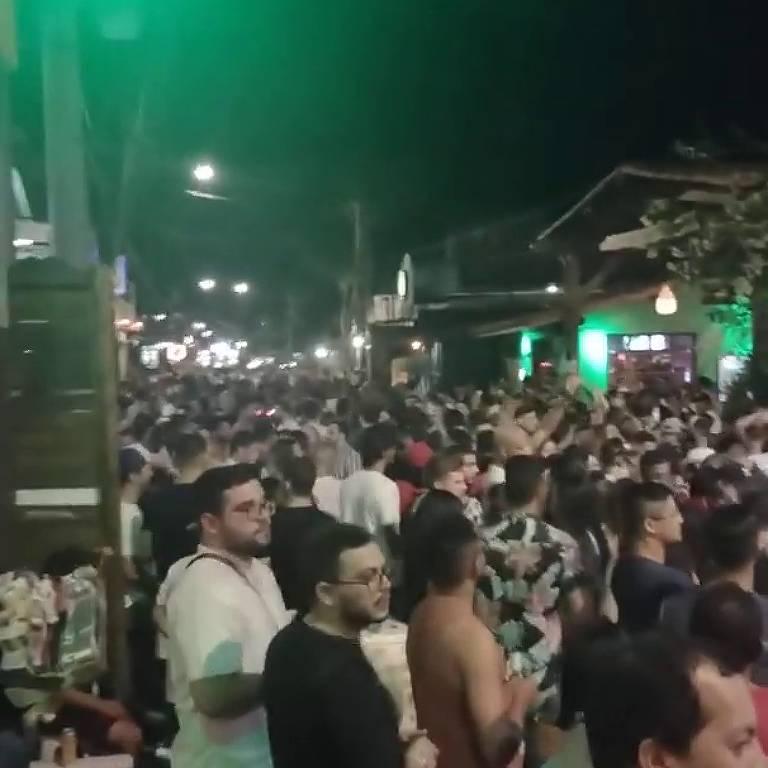 Aglomeração de carnaval na praia de Pipa, em Tibau do Sul (RN)
