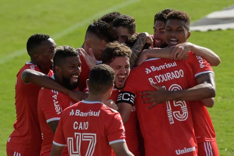 Rodrigo Dourado é abraçado pelos jogadores do Internacional após marcar contra o Vasco