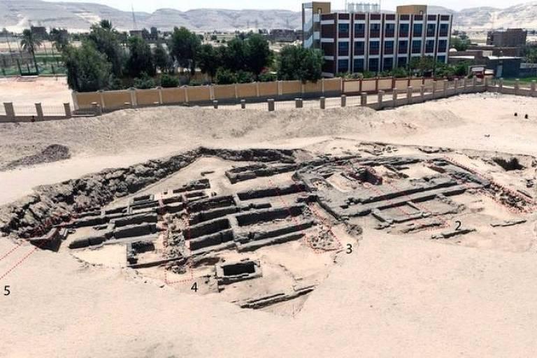 Descoberta fábrica de cerveja 'mais antiga do mundo' no Egito