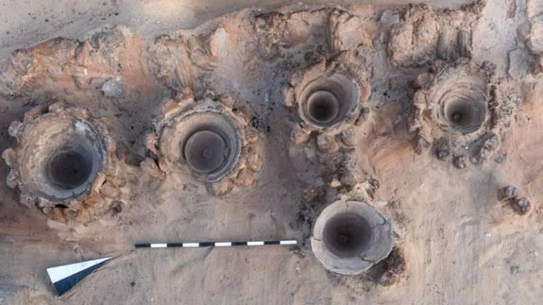 Arqueólogos descobrem fábrica de cerveja 'mais antiga do mundo' no Egito
