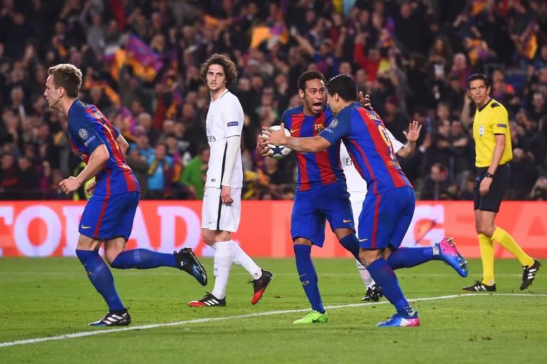 Suarez (à dir.) e Neymar comemoram gol durante goleada do Barcelona sobre o PSG pela Champions League
